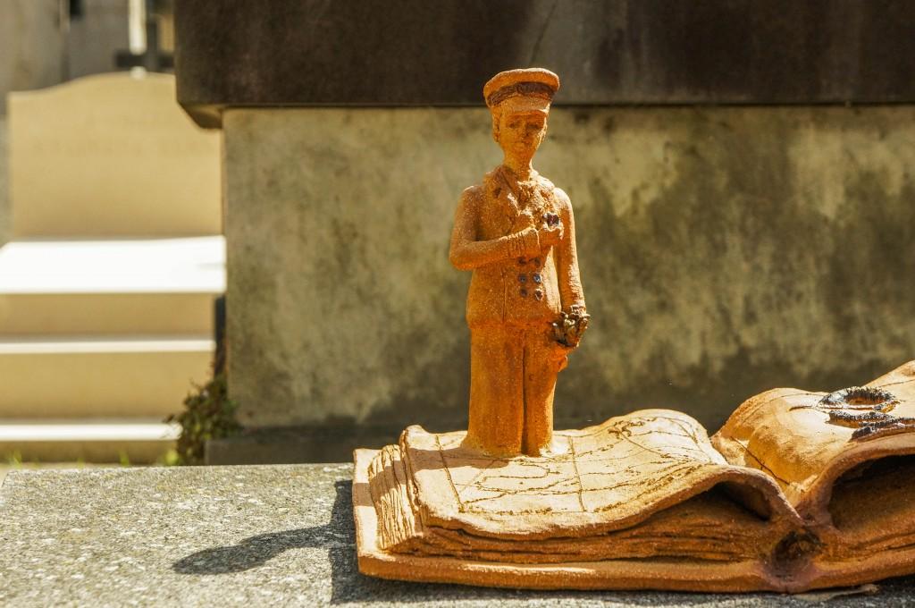 Ornement en forme de livre sur une tombe