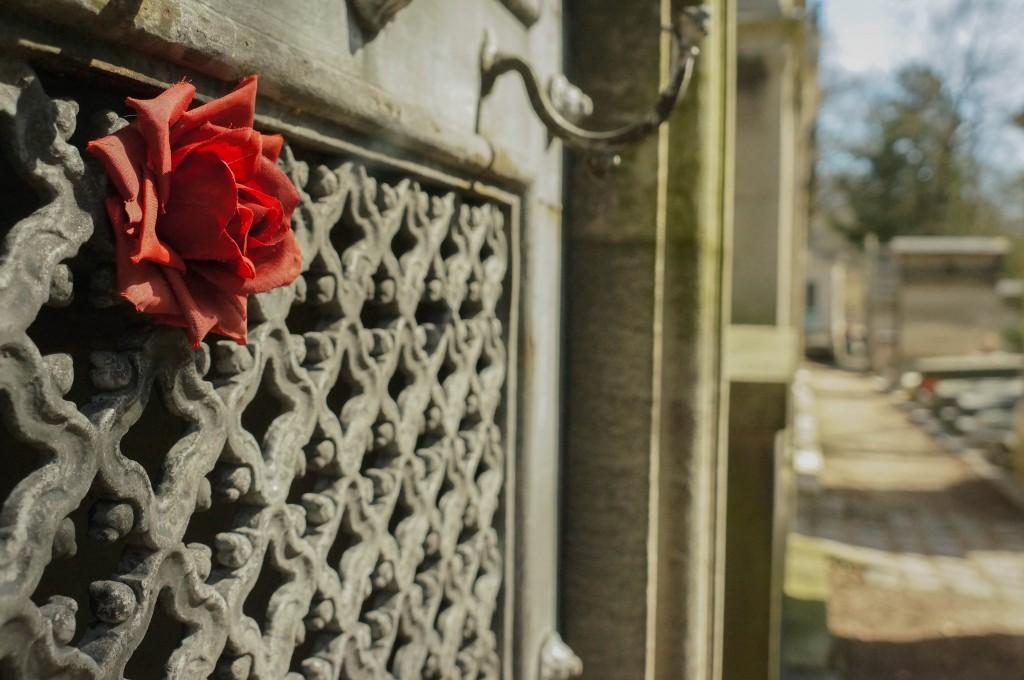 Rose rouge artificielle